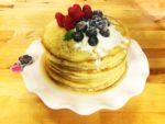 pancake con sciroppo d'acero e frutti di bosco