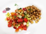 insalata di verdure e frutta con ceci aromatizzati